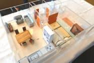 生活支援ロボは体育館に実際に透明の住宅を設置してコンテストを実施する(写真は模型)