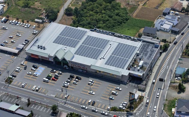 EV充電器と太陽光、小売店に無料で設置 伊藤忠系