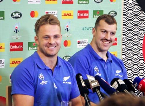 記者会見をするニュージーランドのケーン(左)とレタリック(21日、東京都港区)=共同