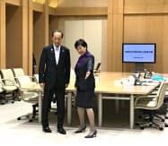 会談に臨む小池知事(右)と武井区長(21日、都庁)