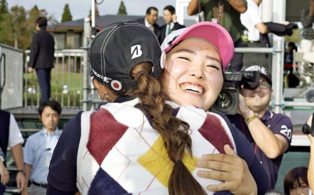 富士通レディースで優勝し、アマチュア仲間から祝福される古江彩佳=共同
