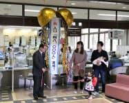 出生届を出した市民とくす玉を割る土田正剛市長(左)(山形県東根市)