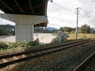 しなの鉄道線の田中―上田駅間は台風被害で線路の上を走る道路が崩れかかっており、運転を再開できないでいる