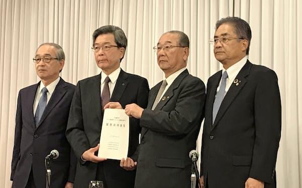 IR誘致に関して共同宣言した道経連の真弓明彦会長(左から2番目)ら北海道経済4団体首脳(21日、札幌市)