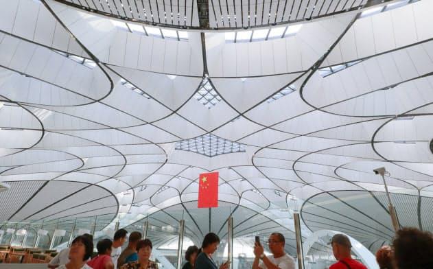 故ザハ・ハディド氏が設計した北京大興国際空港。曲線が多用された天井のデザインが目を引く
