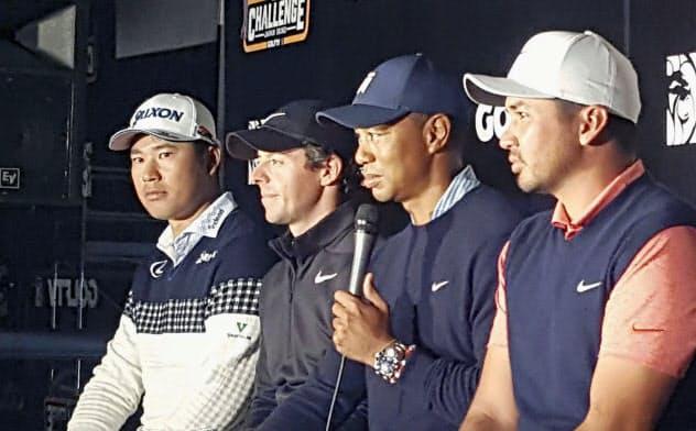 ZOZOチャンピオンシップを前に記者会見するタイガー・ウッズ(右から2人目)ら。左端は松山英樹(21日、習志野CC)=共同