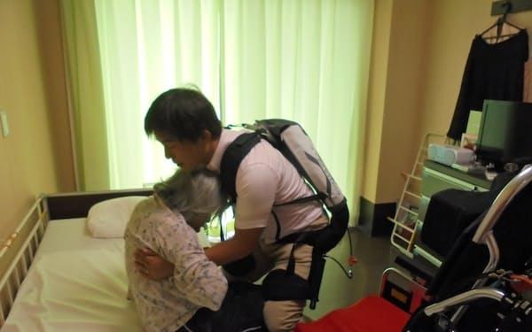 移乗介護用スーツ「マッスルスーツ」は職員の腰にかかる負担を軽減する