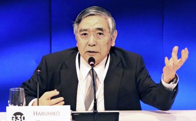 ワシントンで日銀の金融緩和を説明した黒田総裁(20日)=共同