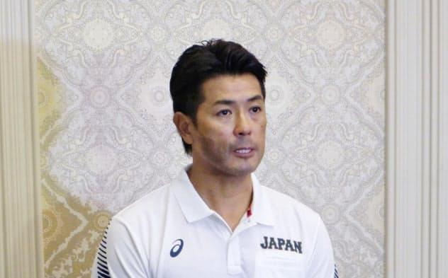チームミーティング後、取材に応じる野球日本代表の稲葉監督(21日、宮崎市)=共同