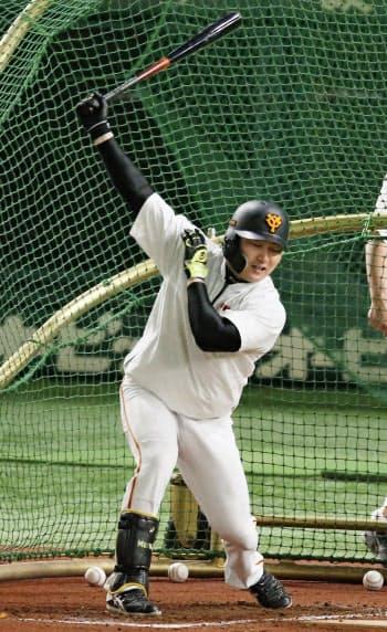 移動日となった21日に東京ドームで打撃練習する巨人・丸=共同
