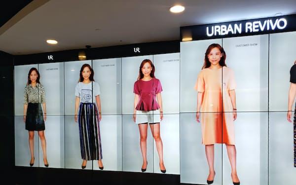 試着室で着替えなくても、店内の洋服であれば、スマホや店内の壁に、試着した自分の姿を映し出すことが可能だ(10月、上海市内の「アーバン・レビボ」の店内)
