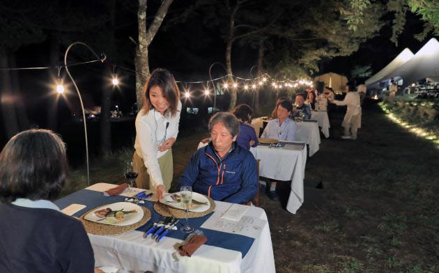 キャンプ場の一角に一夜だけのアウトドアホテルが出現。地元のシェフが作るコース料理を楽しむ(9月、長野県阿智村)