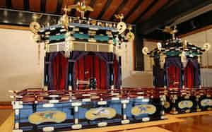 「即位礼正殿の儀」で使われる「高御座」(左)と「御帳台」(宮殿・松の間)
