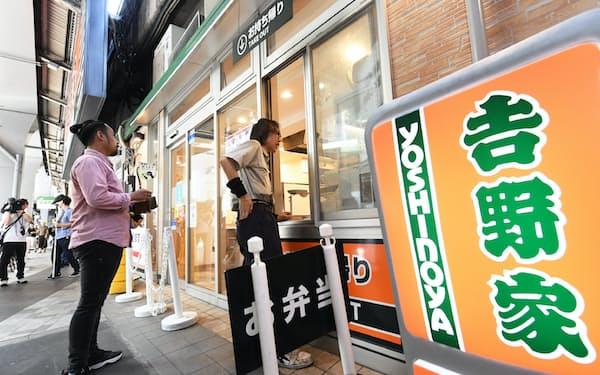 テイクアウトコーナーの列に並ぶ客(1日、東京都千代田区の吉野家有楽町店)