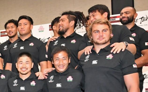 記者会見で笑顔のラグビー日本代表ら(21日、東京都港区)