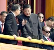 中国建国70年の記念式典で、胡錦濤前国家主席(左)と話す習近平国家主席=1日、北京の天安門(共同)