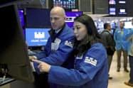 ニューヨーク証券取引所のトレーディングフロア=AP