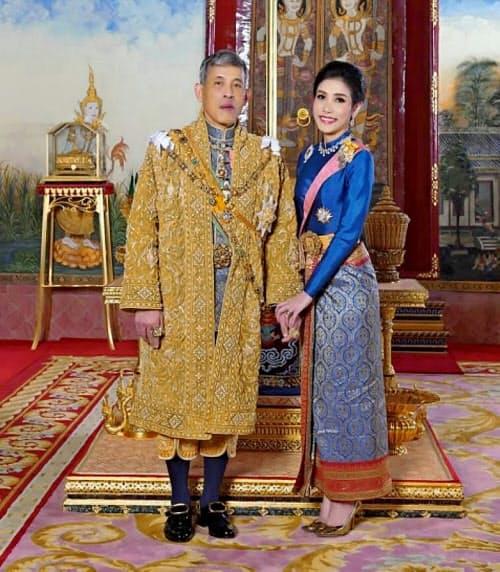 ワチラロンコン国王(左)と側室のシニーナトさん=AP