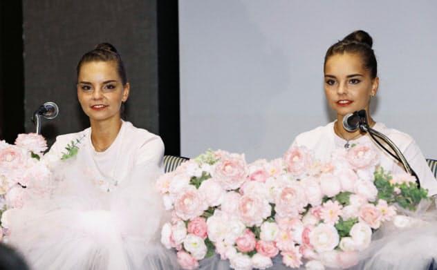 新体操のイオン・カップ世界クラブ選手権の記者会見に臨むジーナ・アベリナ(左)と姉のアリーナ・アベリナ(21日、東京都港区)=共同