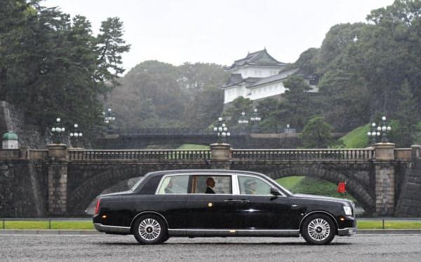 「即位礼正殿の儀」のため、皇居に入る天皇陛下が乗った御料車(22日午前8時17分、東京都千代田区の二重橋前)