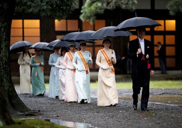 「即位礼当日賢所大前の儀」に向かう秋篠宮ご夫妻ら(22日)=ロイター