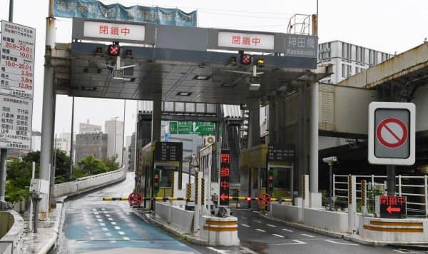 閉鎖された首都高の神田橋入口(22日10時5分、東京都千代田区)