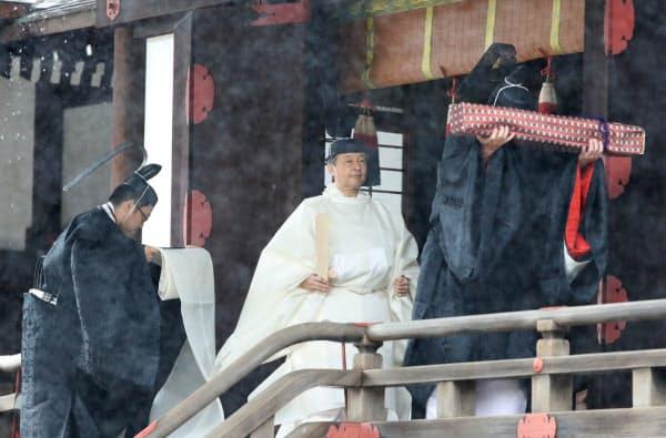 「賢所大前の儀」を終えた天皇陛下(22日午前9時17分、皇居・賢所)=代表撮影
