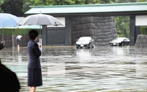 雨の中、即位礼正殿の儀が行われる宮殿に入る参列者が乗った車(22日午前11時30分、東京都千代田区)