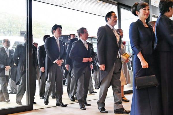 「即位礼正殿の儀」が行われる皇居・宮殿に入る国内からの参列者ら(22日午前11時19分)