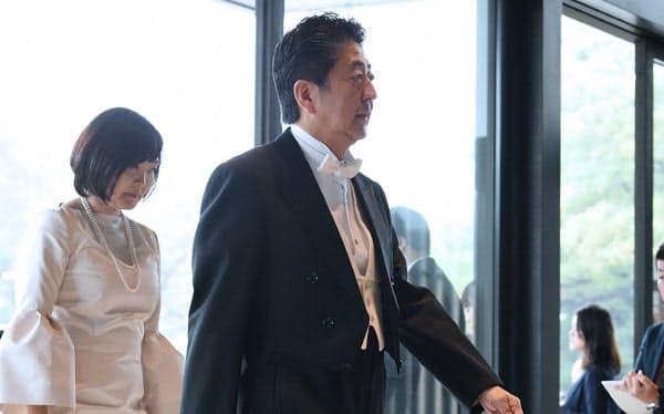 皇居・宮殿に入る安倍首相(22日)