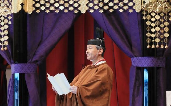 高御座からお言葉を述べる天皇陛下(22日午後1時19分)=代表撮影