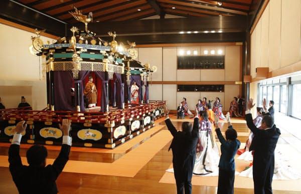 「即位礼正殿の儀」で天皇陛下の即位を祝し、高御座の前で万歳三唱する参列者ら(22日午後1時24分)=代表撮影