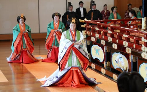 即位礼正殿の儀を終え、退出する皇后さま(22日午後1時34分)=代表撮影