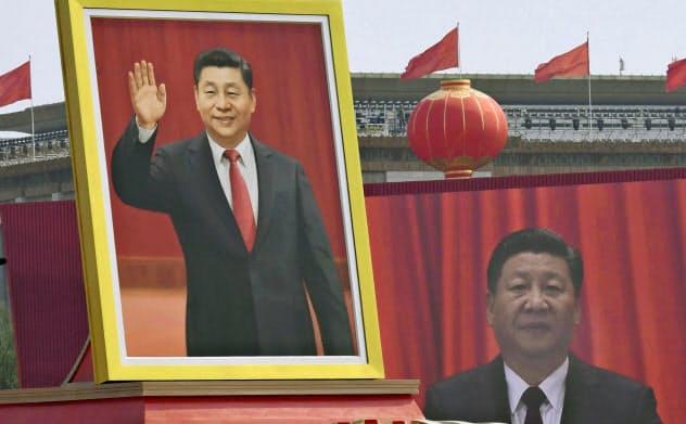 中国建国70年を迎え、パレードに登場した習近平国家主席の肖像画(1日、北京の天安門前)=共同