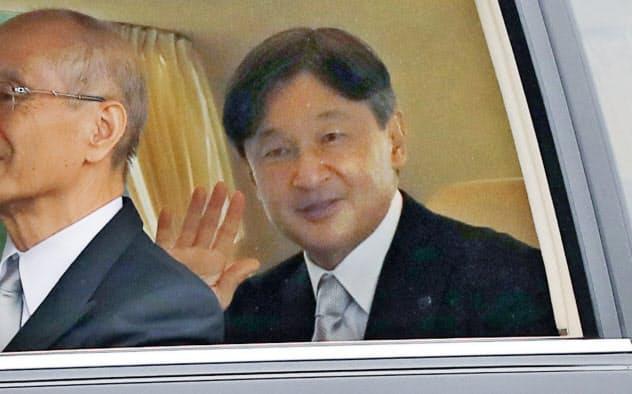 両陛下、いったん皇居から赤坂御所へ