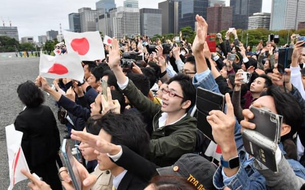 皇居を出る天皇陛下に手を振る人たち(22日午後)