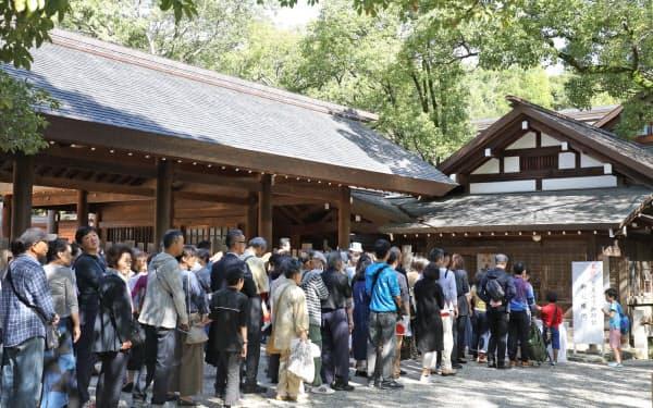 熱田神宮で記帳する参拝客ら(22日午後、名古屋市熱田区)