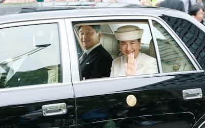 皇居に入る天皇、皇后両陛下(5月1日)