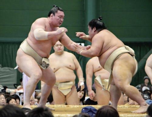 秋巡業で稽古する白鵬。右は大栄翔(22日、高知県安芸市)=共同