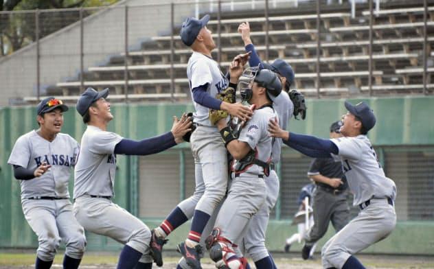 関西学生野球秋季リーグで4季ぶりの優勝を決め、喜ぶ関大ナイン(22日、わかさスタジアム京都)=共同