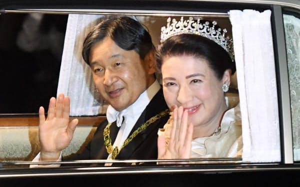饗宴の儀のため、皇居に入る天皇、皇后両陛下(22日午後7時7分)