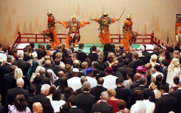 「太平楽」を鑑賞する参列者(22日午後8時40分、宮殿・春秋の間)
