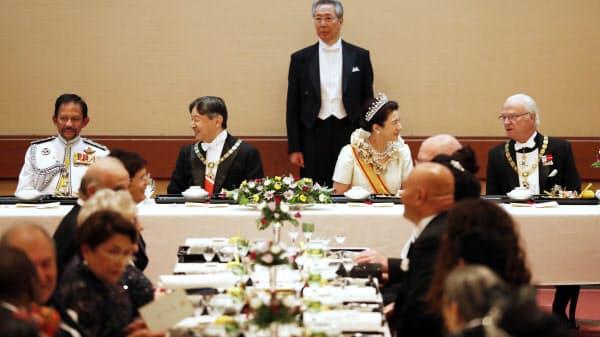 饗宴の儀に臨む天皇、皇后両陛下(22日午後9時2分、宮殿・豊明殿)=代表撮影