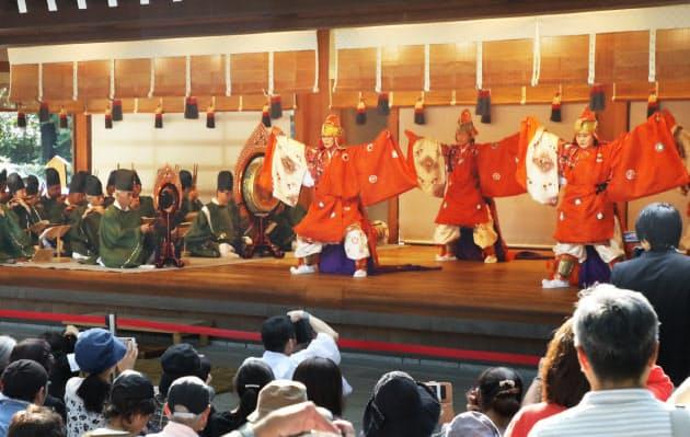 即位を祝して熱田神宮で披露された舞楽(22日、名古屋市熱田区)