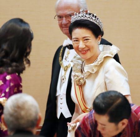 饗宴の儀に臨む皇后さま(22日午後9時、宮殿・豊明殿)=代表撮影