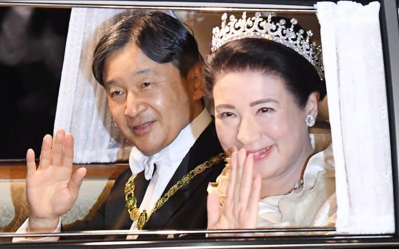 「饗宴の儀」のため、皇居に入る天皇、皇后両陛下(22日、東京都千代田区)