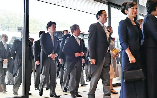「即位礼正殿の儀」が行われる皇居・宮殿に入る国内からの参列者ら(22日)