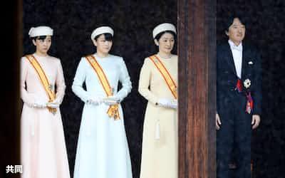 皇居・宮中三殿の賢所での儀式に参列された秋篠宮ご夫妻、眞子さま、佳子さま(22日午前9時4分)=代表撮影