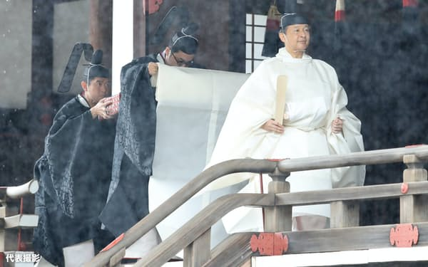 「賢所大前の儀」を終えた天皇陛下(22日、皇居・賢所)=代表撮影