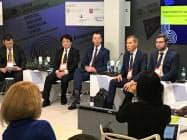 22日、モスクワで開かれたイベント「オープン・イノベーションズ」で日ロ民間共同ファンドの設立について説明する両国の運用会社幹部ら